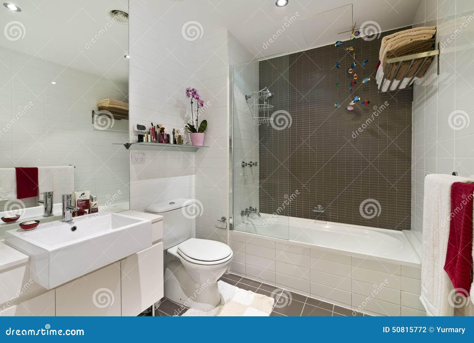 Salle de bains moderne en appartement de luxe photo stock for Salle de bain de luxe moderne