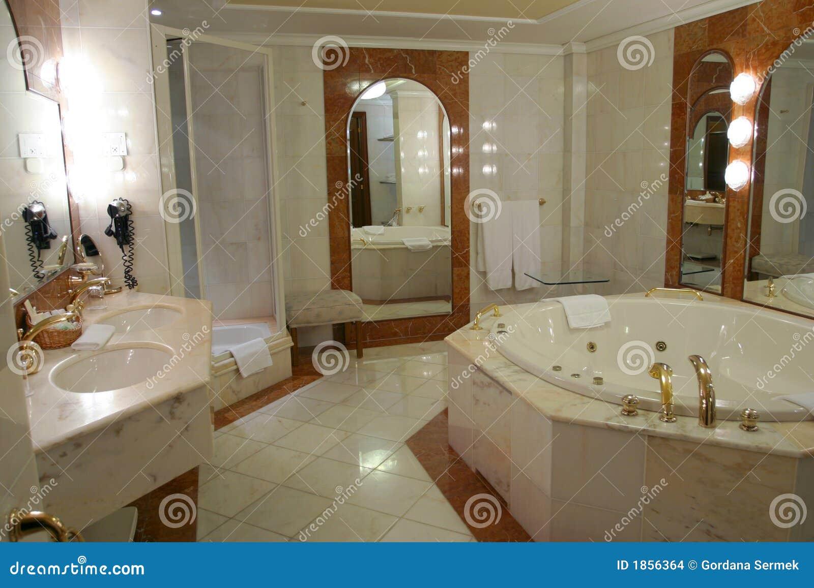 Salle de bains moderne et spacieuse images stock image - Photo de salle de bain moderne ...