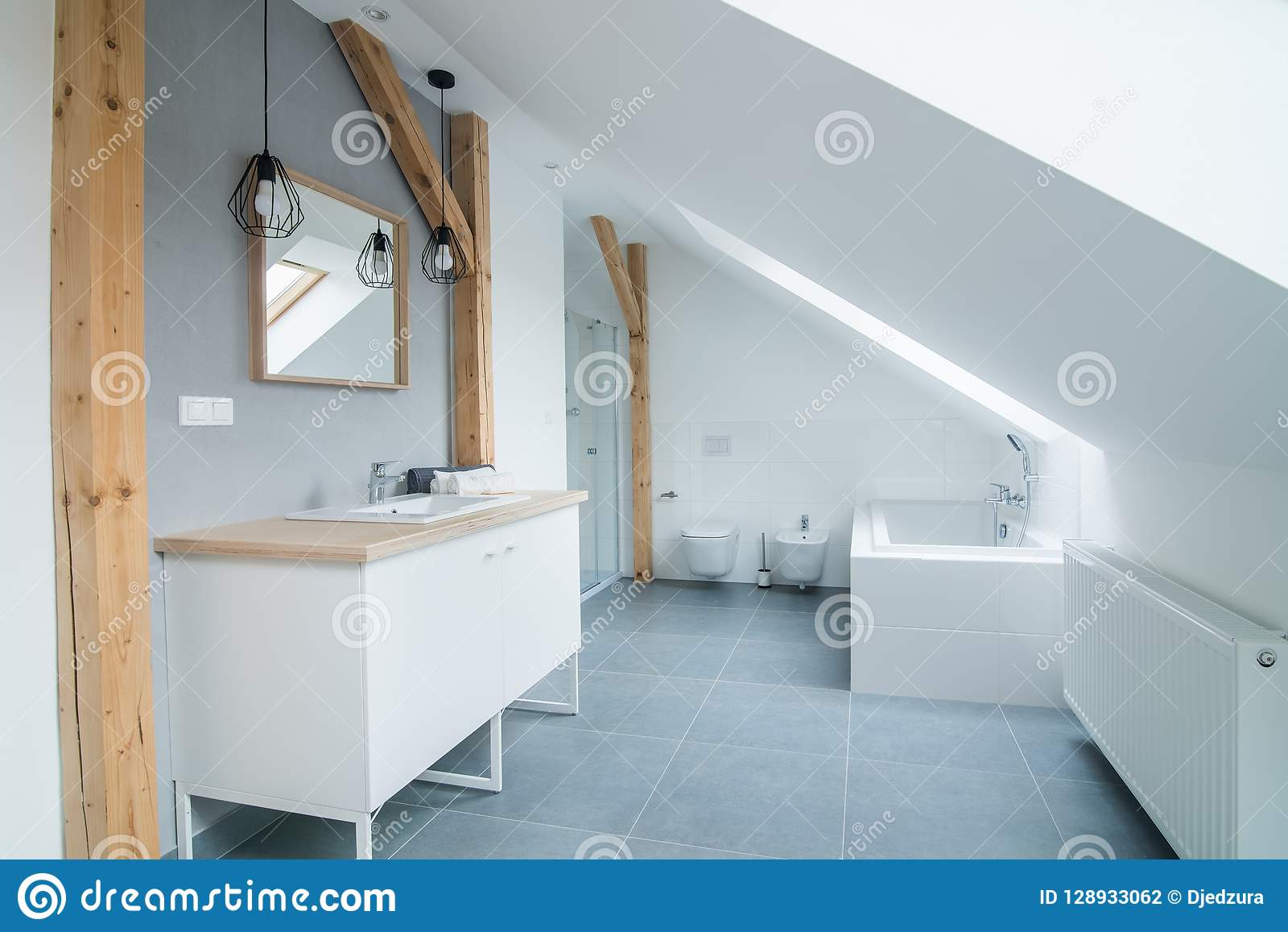 Salle De Bains Moderne Lumineuse Avec Les Murs, Le Miroir Et ...