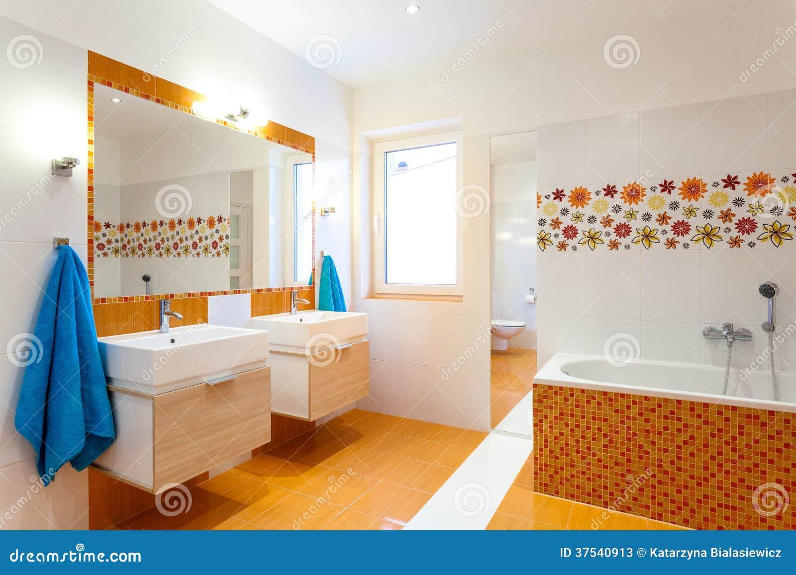 Salle De Bain Famille salle de bains moderne pour la grande famille image stock