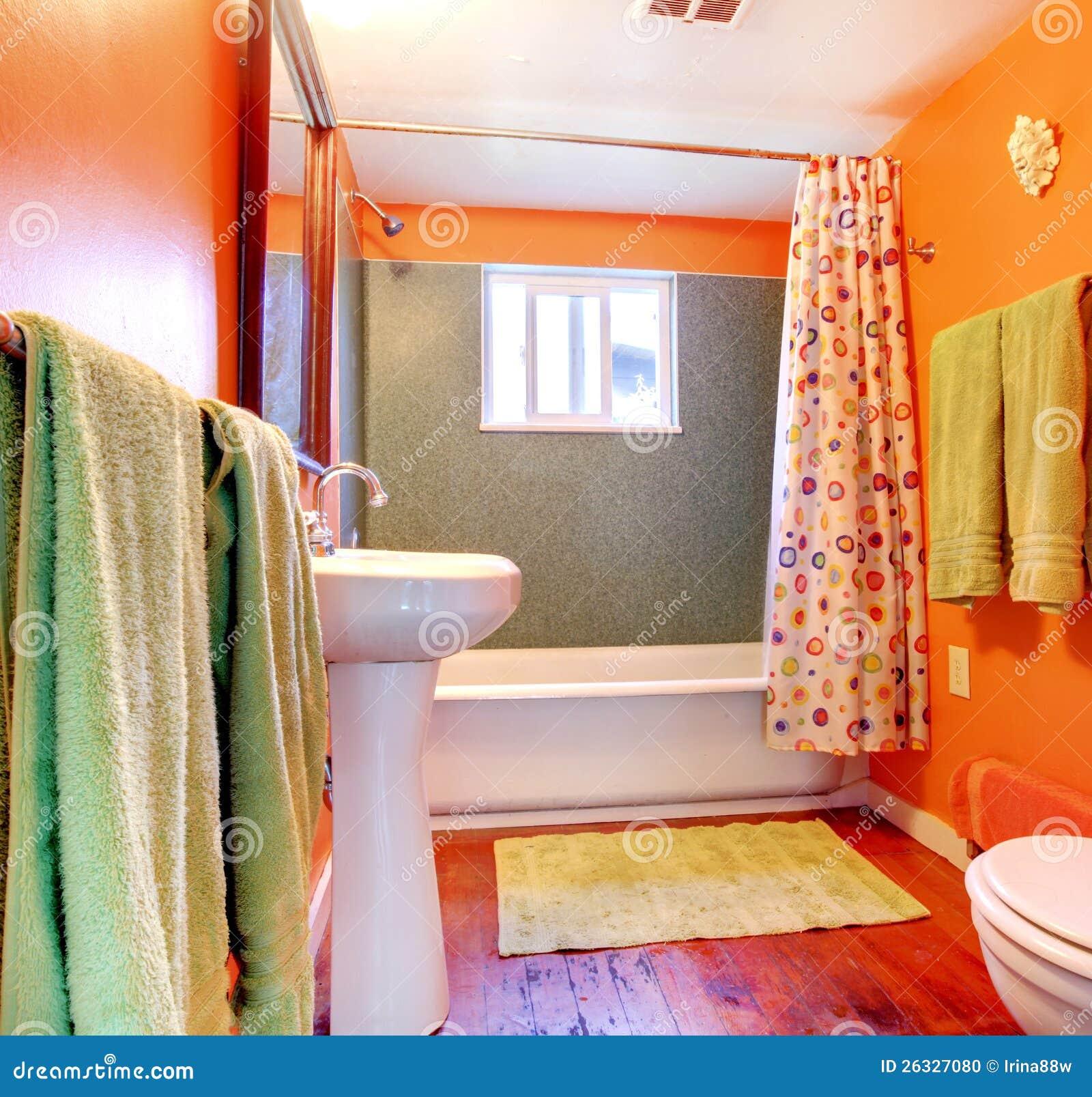 Salle de bains orange et verte avec l'étage de baquet et en bois ...