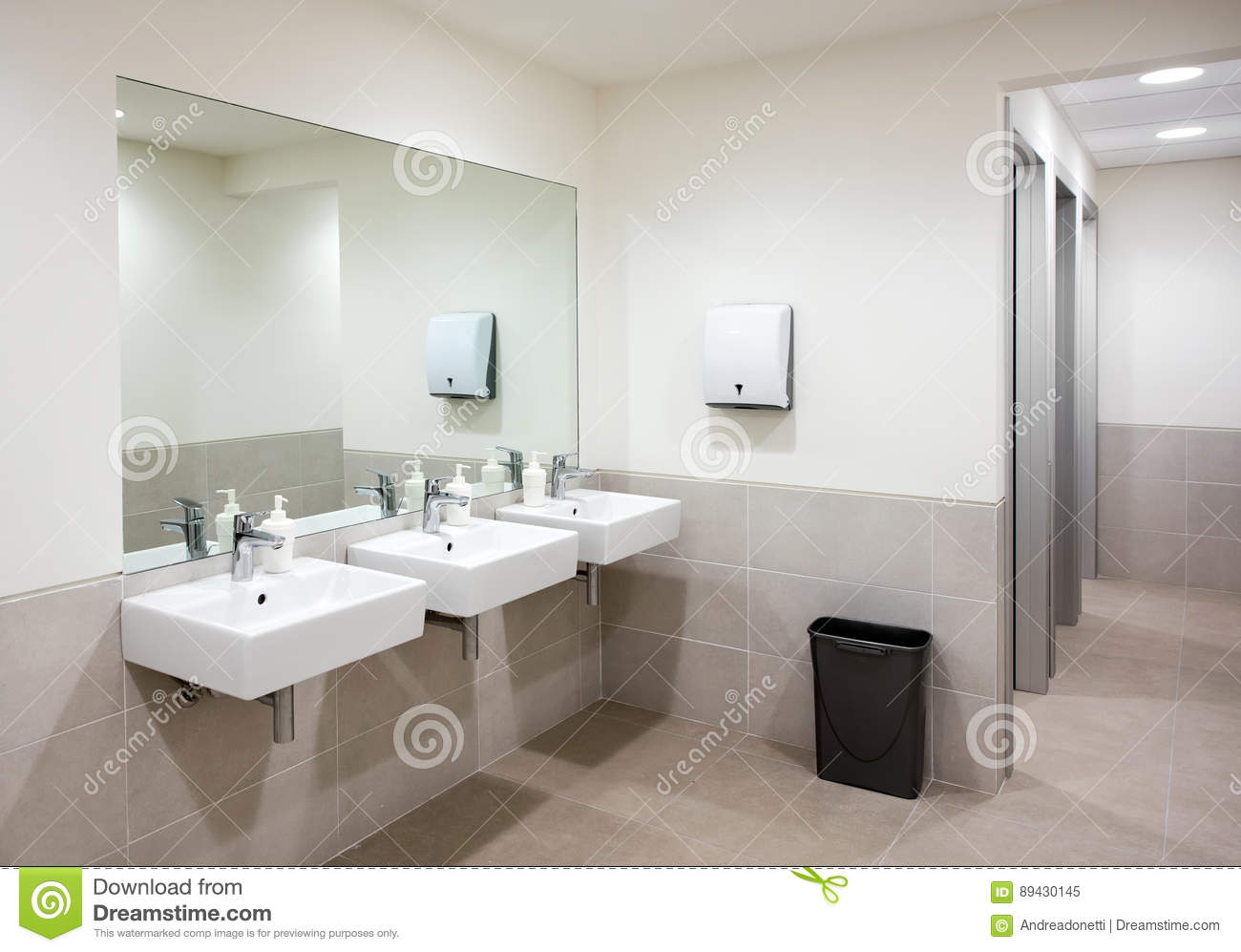 salle de bains ou toilettes publique avec des bassins de main image stock image du miroir. Black Bedroom Furniture Sets. Home Design Ideas