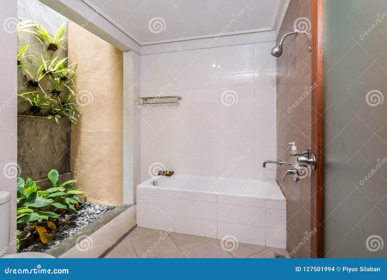 Salle de bains propre et bon marché d hôtel