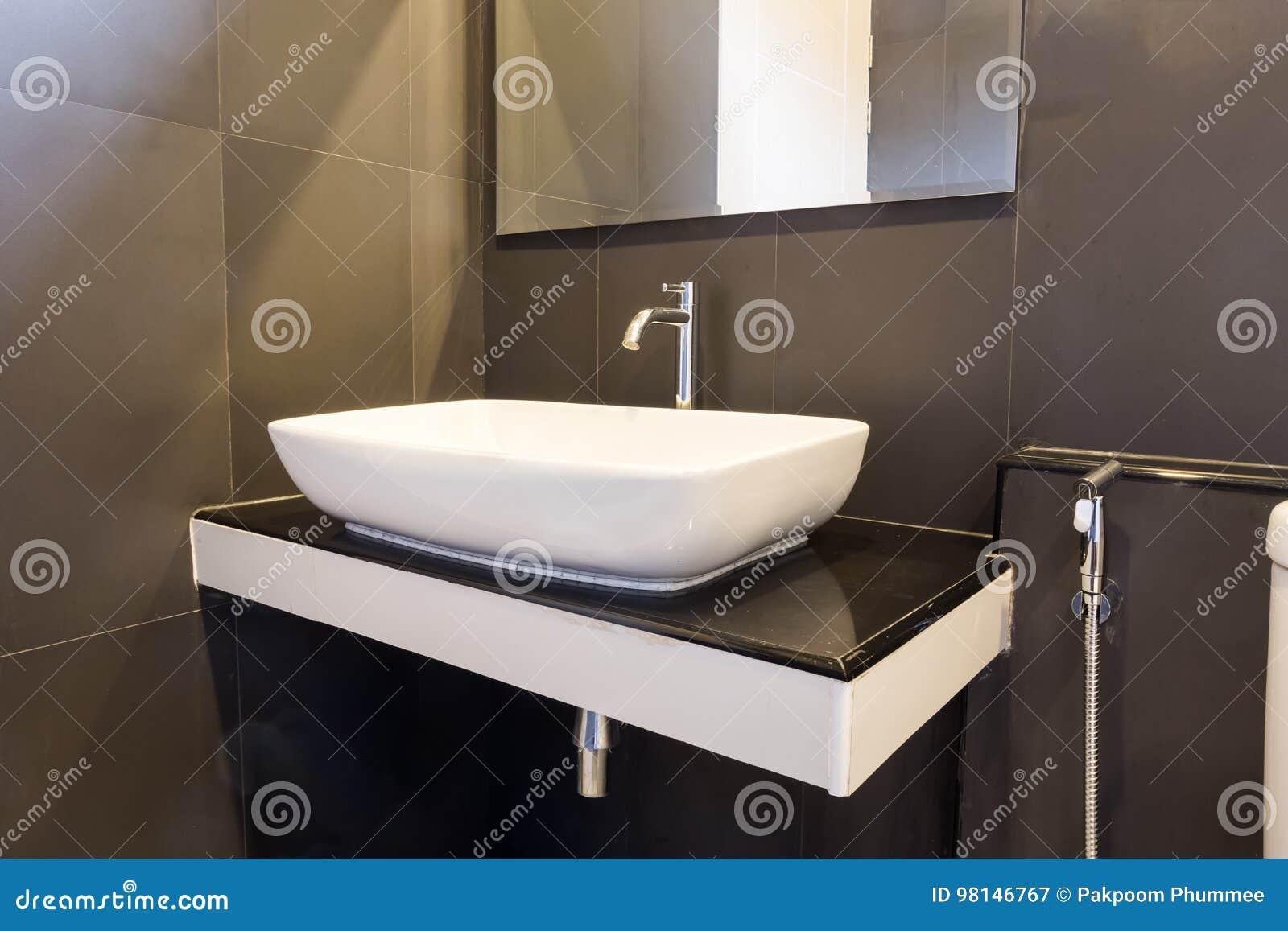Lumières De Salle De Bains salle de bains propre et fraîche avec avec la lumière