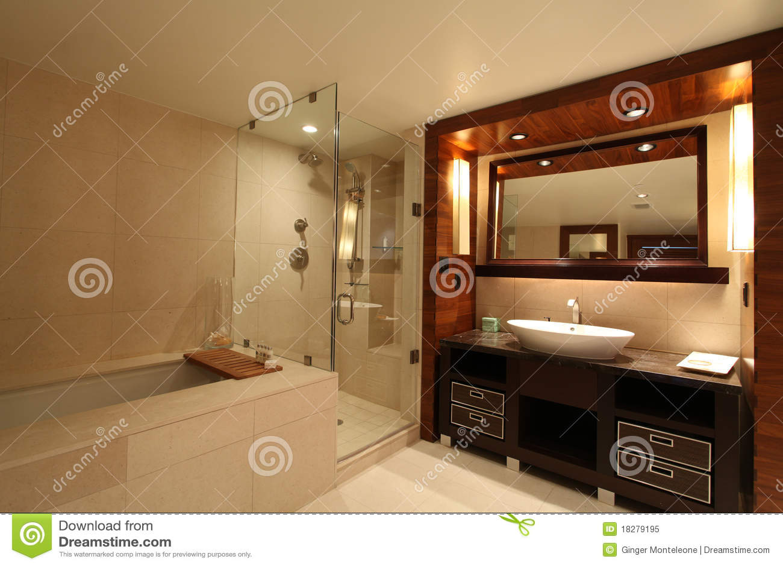 Salle de bains romantique image stock. Image du bassin ...