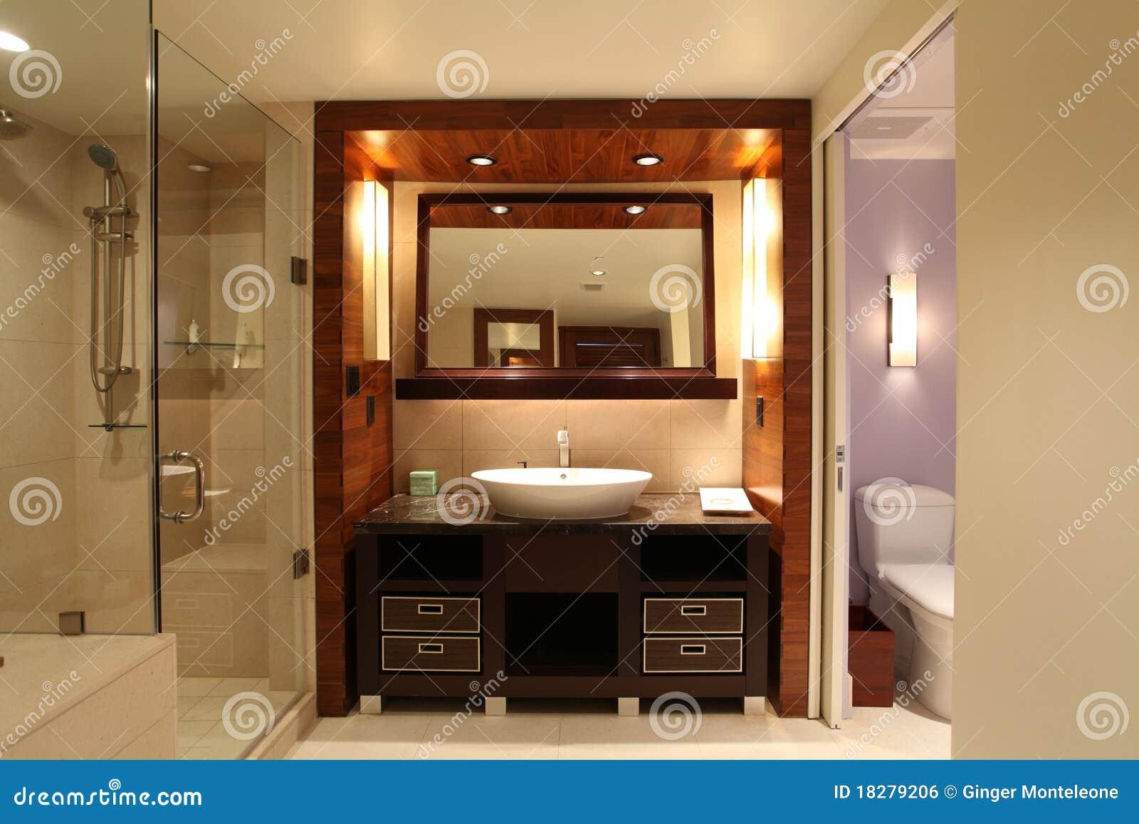 Salle de bains romantique photo stock. Image du bassin - 18279206