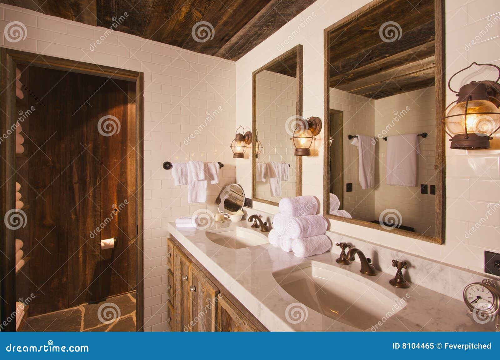 Salle de bains rustique image stock. Image du propre, main ...