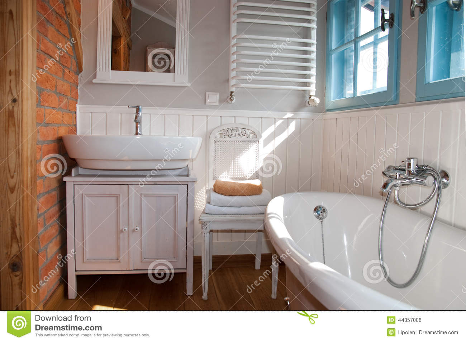 Salle de bains rustique grise blanche avec la fen tre for Salle bain rustique