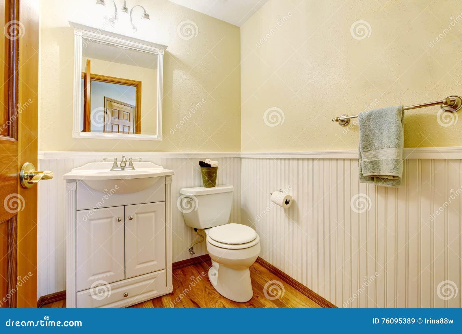 Interieur Simple De Salle Bains Avec Le Coffret Et Plancher En Bois Dur Blancs Vanite Du Nord Ouest Etats Unis