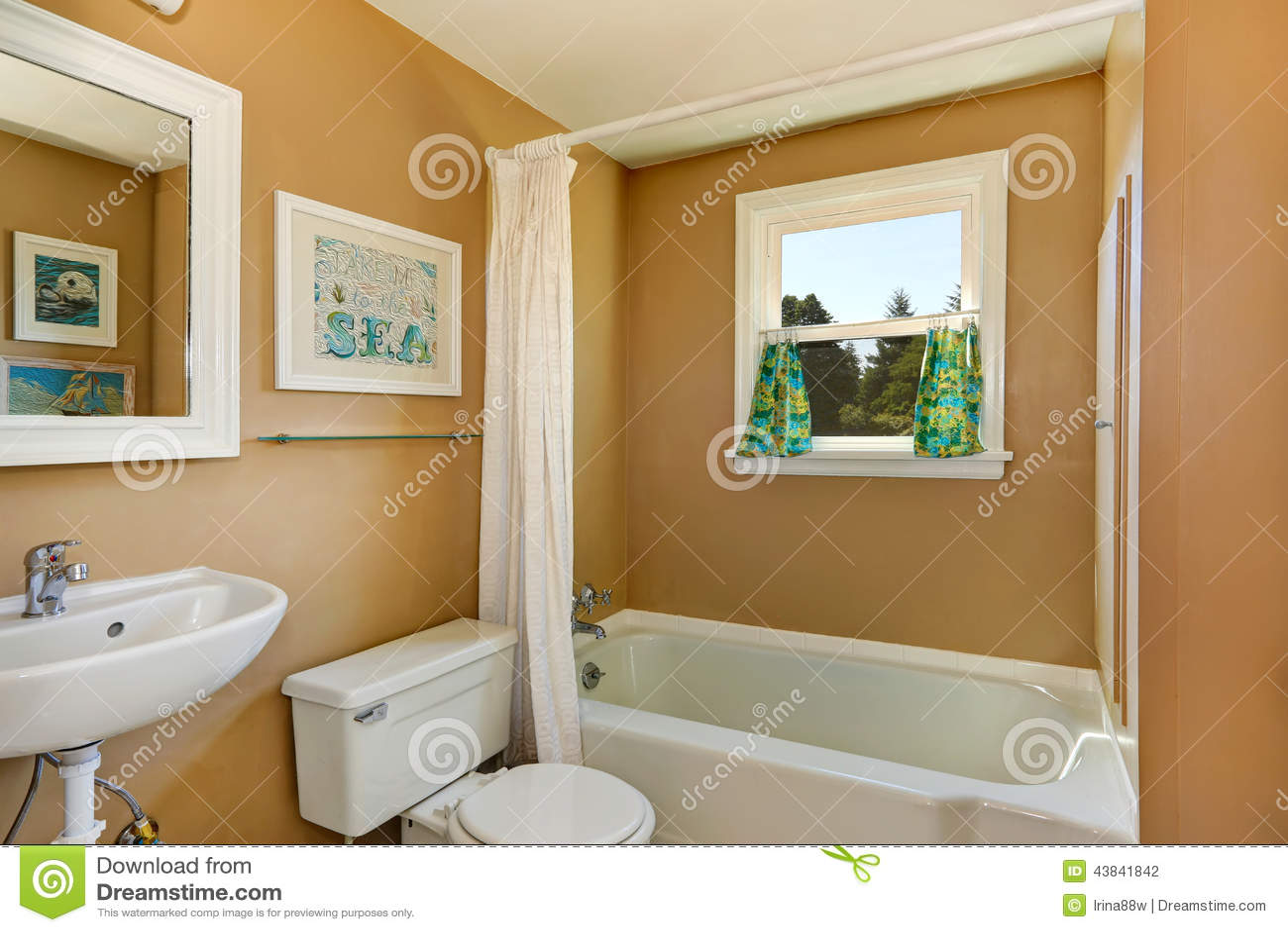 Salle De Bains Simple Beige Avec La Fenêtre Photo stock ...