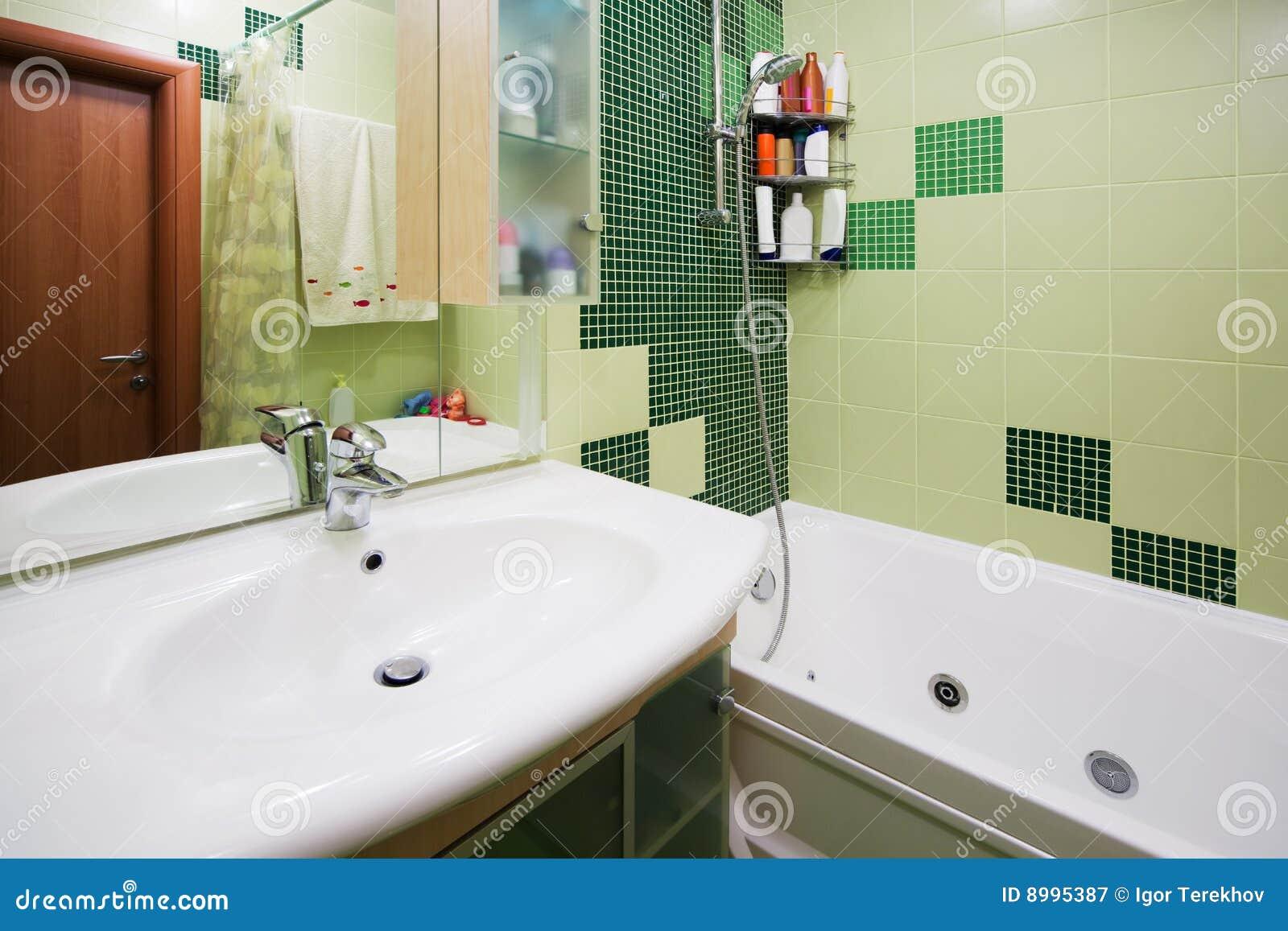 Salle de bains verte photographie stock libre de droits for Salle de bain verte