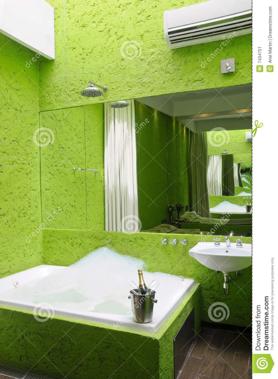 salle de bains verte avec le jacuzzi image stock image. Black Bedroom Furniture Sets. Home Design Ideas