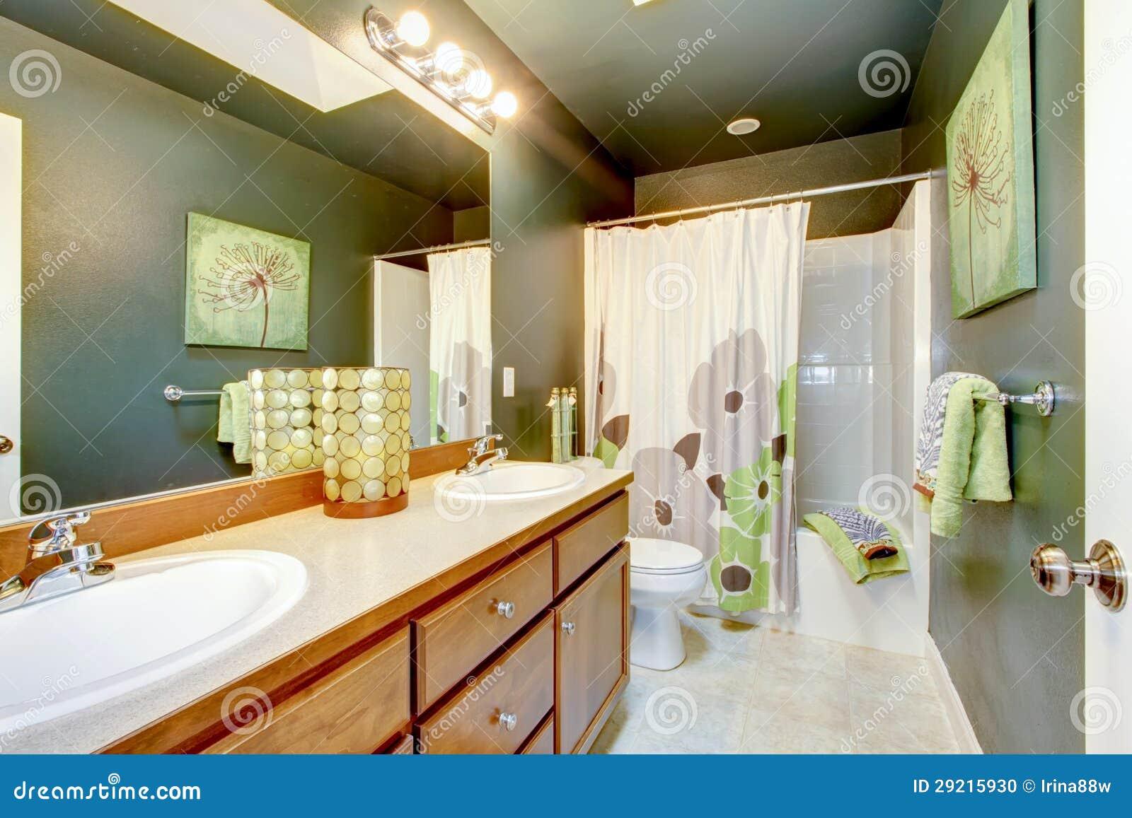 Salle de bains verte avec le module et le baquet en bois for Module salle de bain