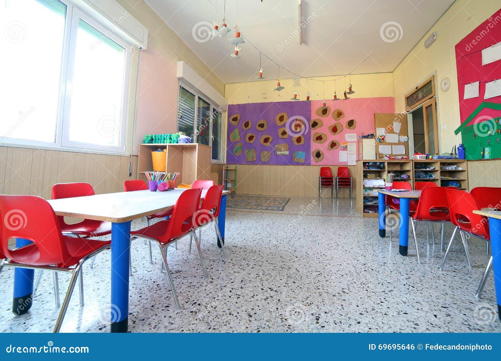 Salle de classe de jardin d 39 enfants avec des dessins sur for Dessin sur mur interieur