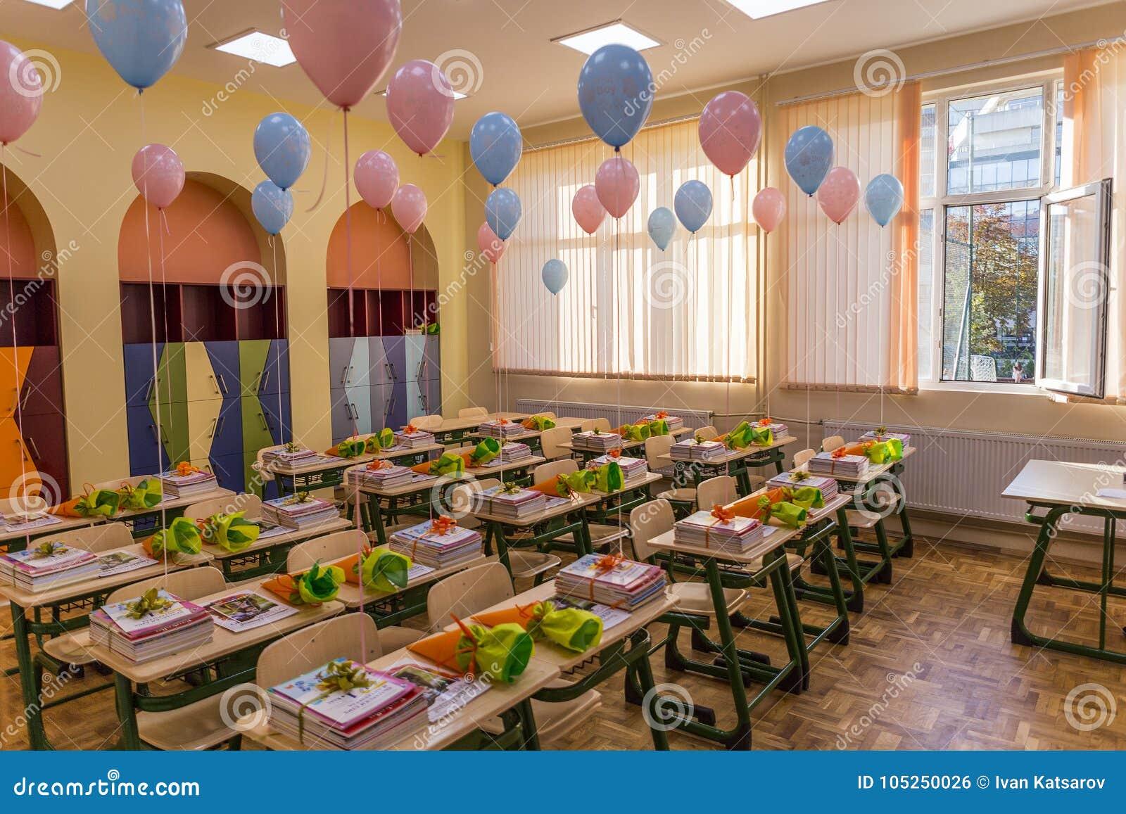 salle de classe disposée et décorée pour des élèves avec les ballons