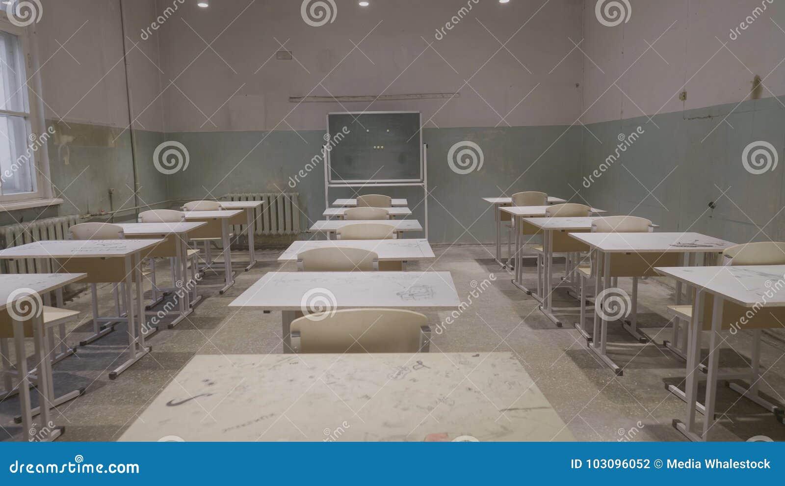 Salle de classe vide avec les panneaux de bureaux blancs et verts