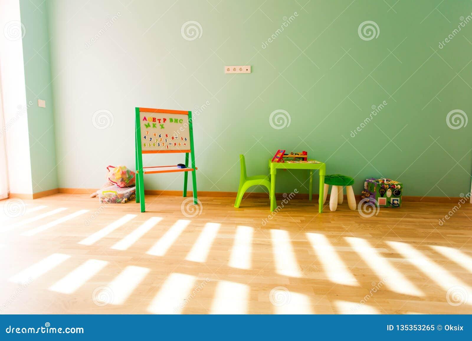 Salle de jeux moderne pour des enfants avec les murs verts