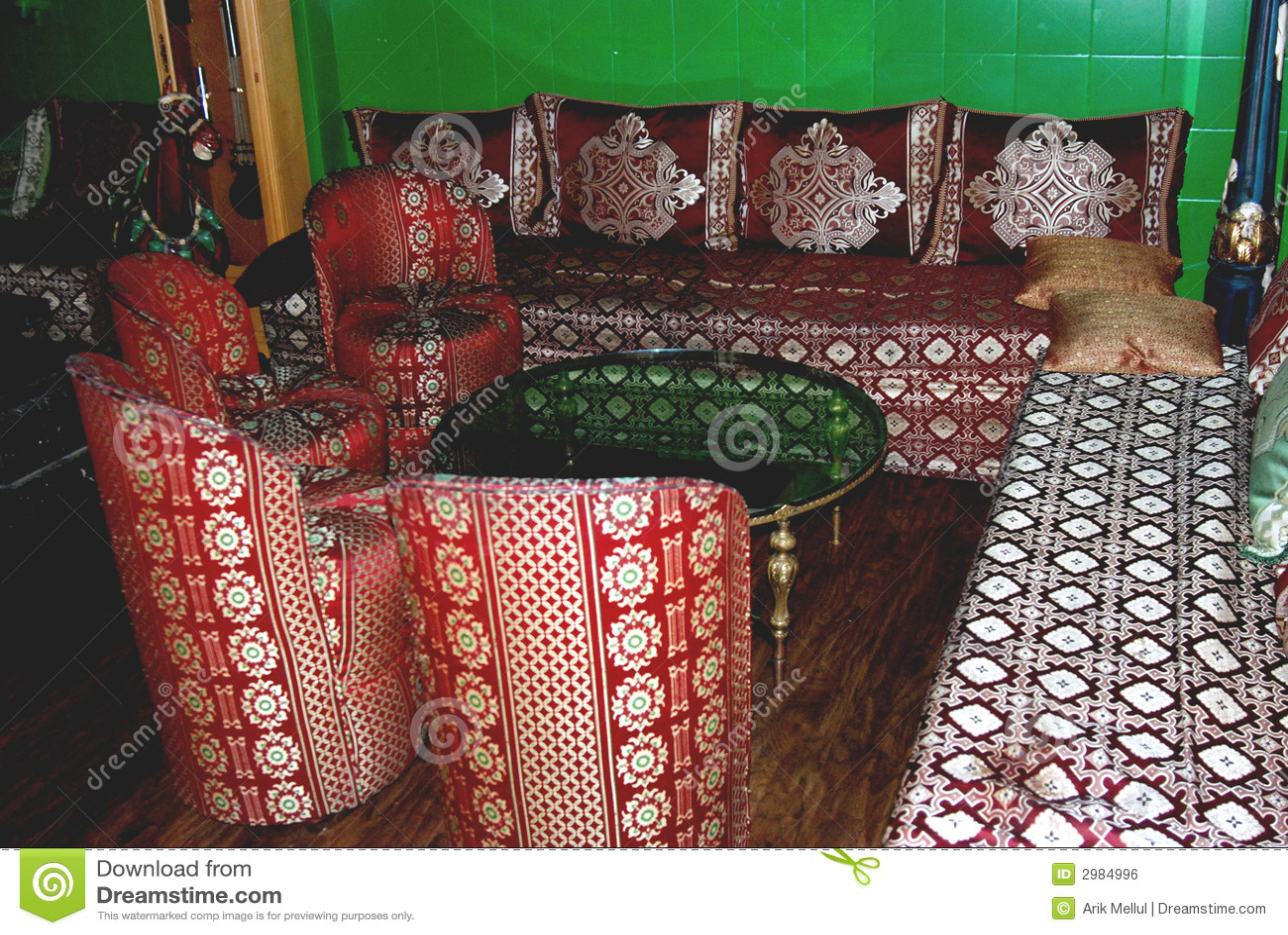 Salle de séjour marocaine photo stock. Image du sofa ...