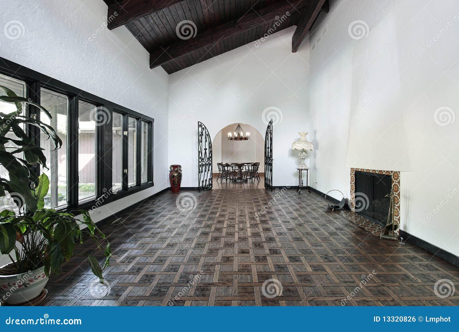 Salle de séjour avec l'étage de parquet image libre de droits ...