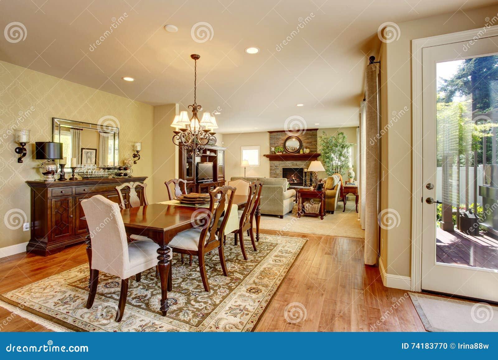 salle manger am ricaine classique avec l 39 ensemble le plancher en bois dur et la couverture en. Black Bedroom Furniture Sets. Home Design Ideas