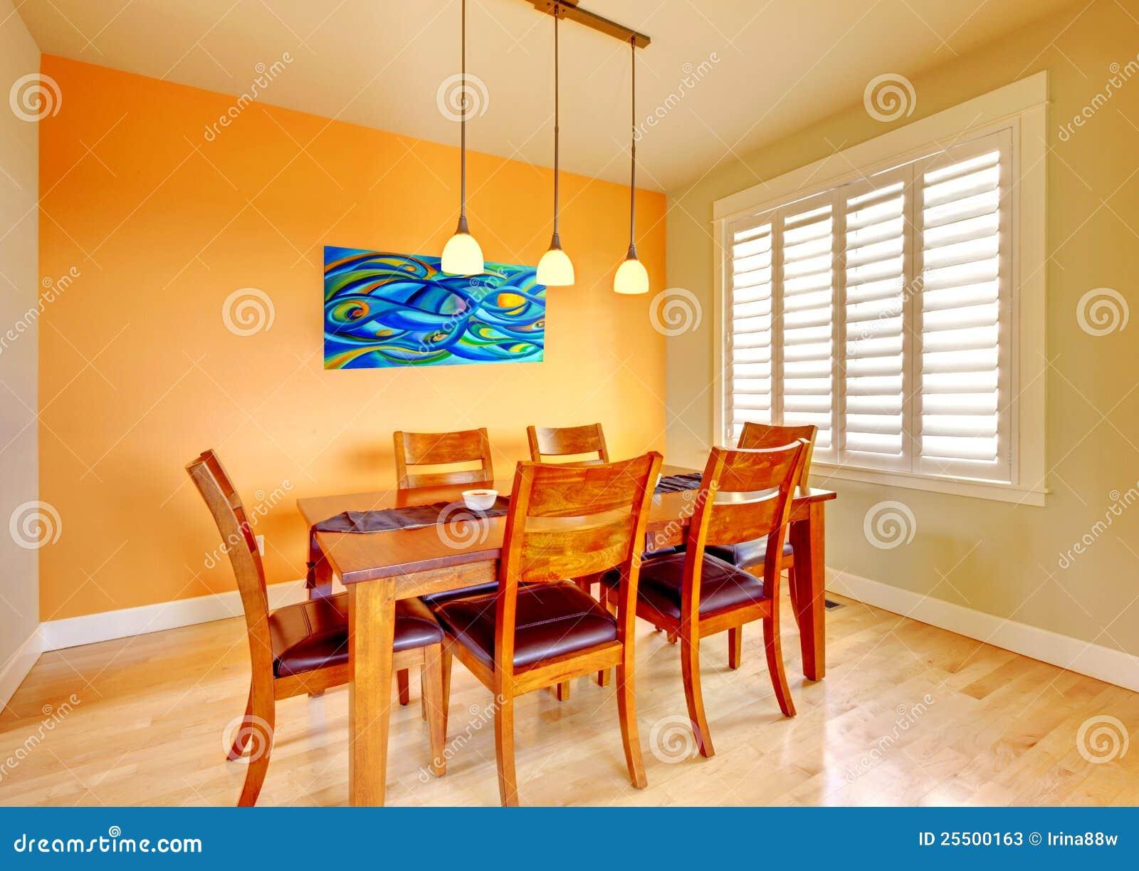 Salle à manger avec la table bleue de peinture et en bois. photos ...