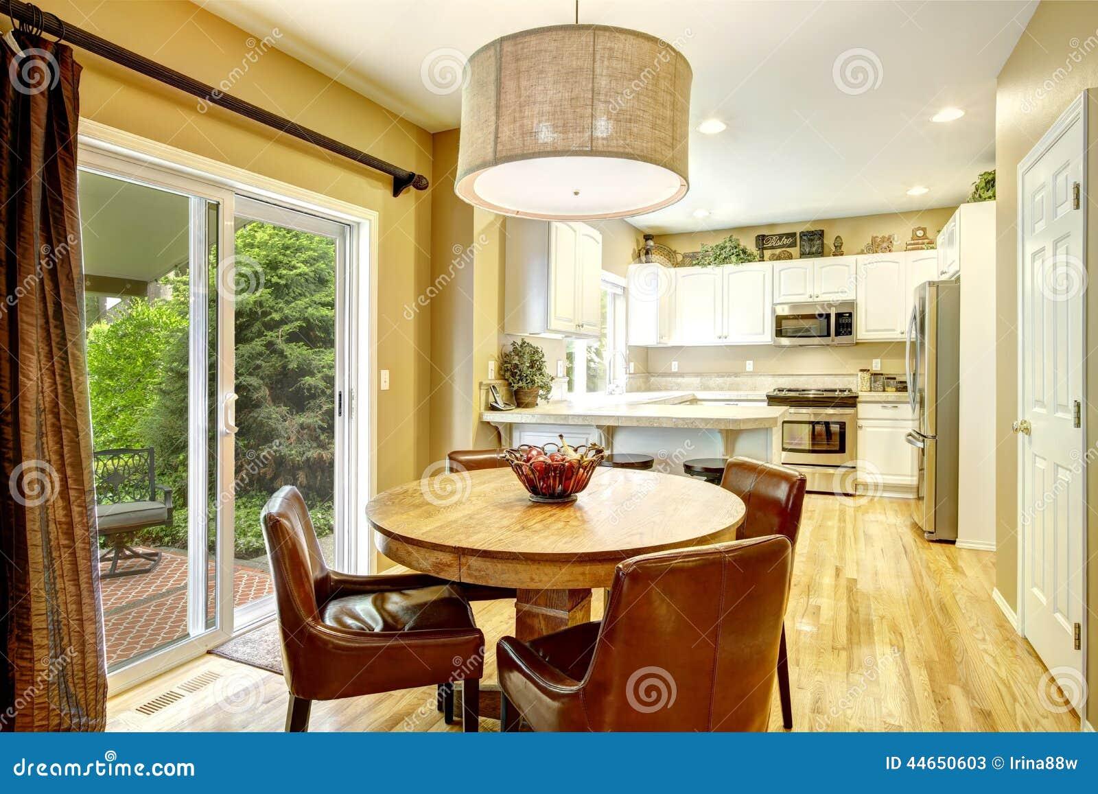 Salle manger confortable avec la table ronde et les for Chaise salle a manger confortable