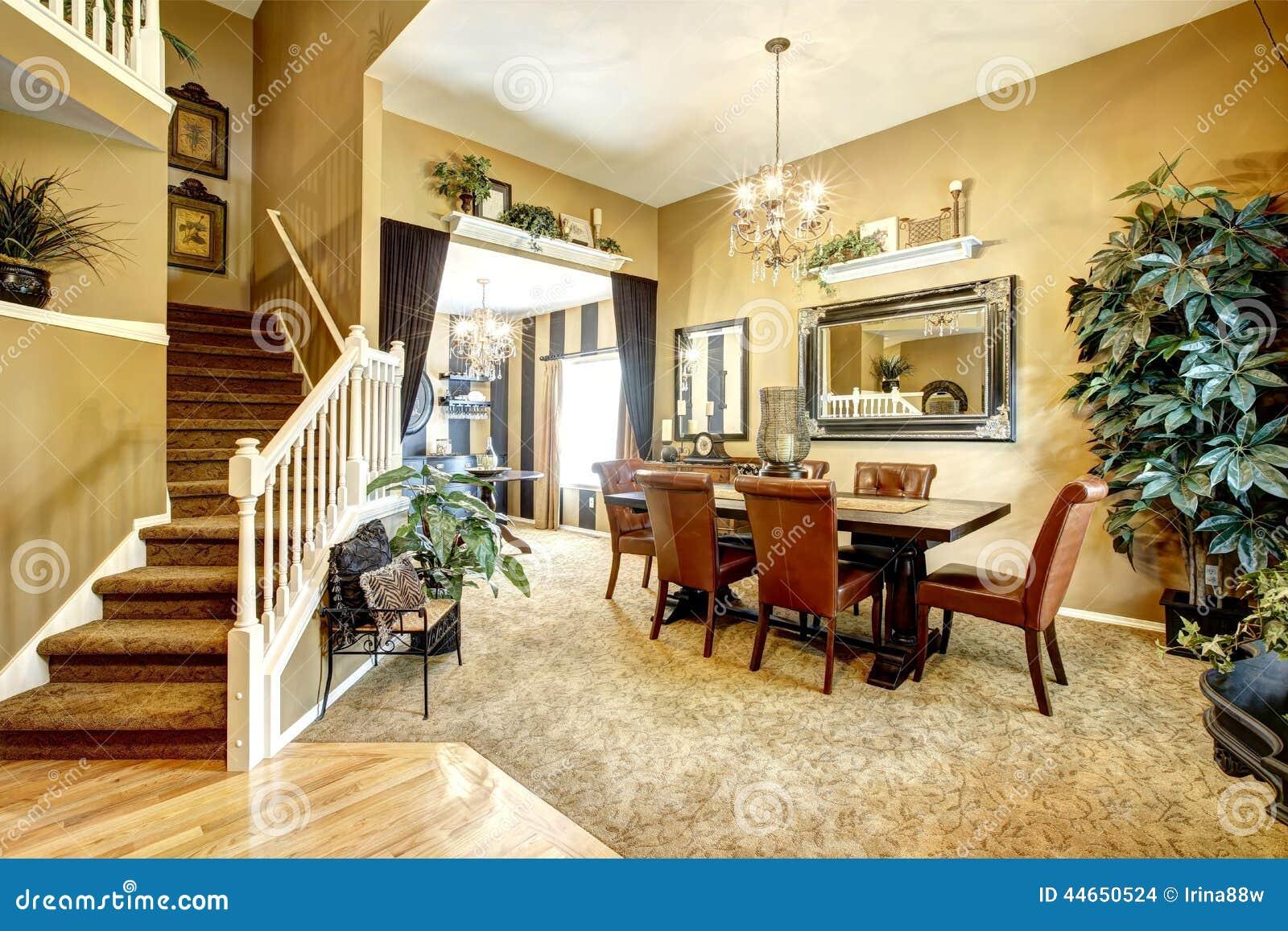 Salle manger dans la maison am ricaine de luxe photo for Dans la maison