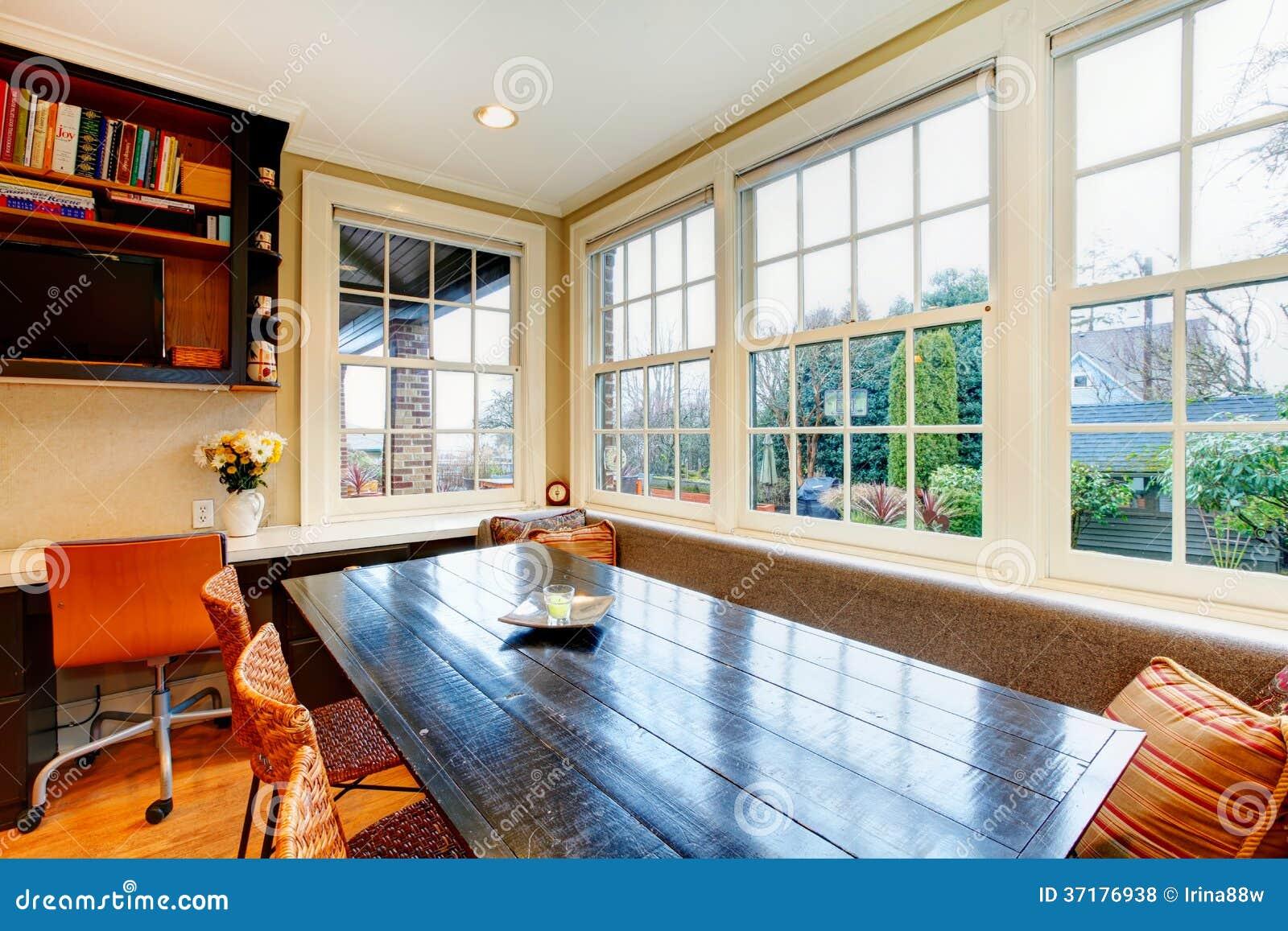 Salle à manger de style ancien avec l'ensemble et l'osier en bois ...