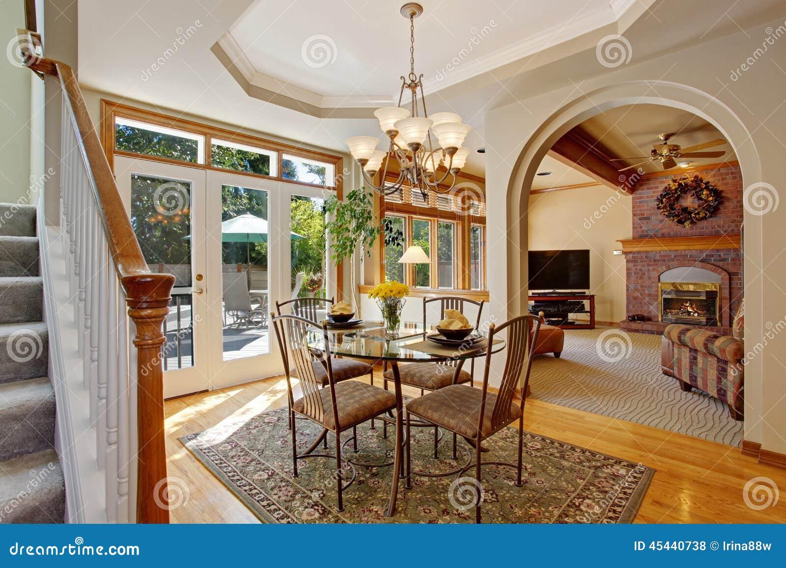 Salle à Manger Lumineuse Avec Le Patio De Débrayage Dans La Maison ...