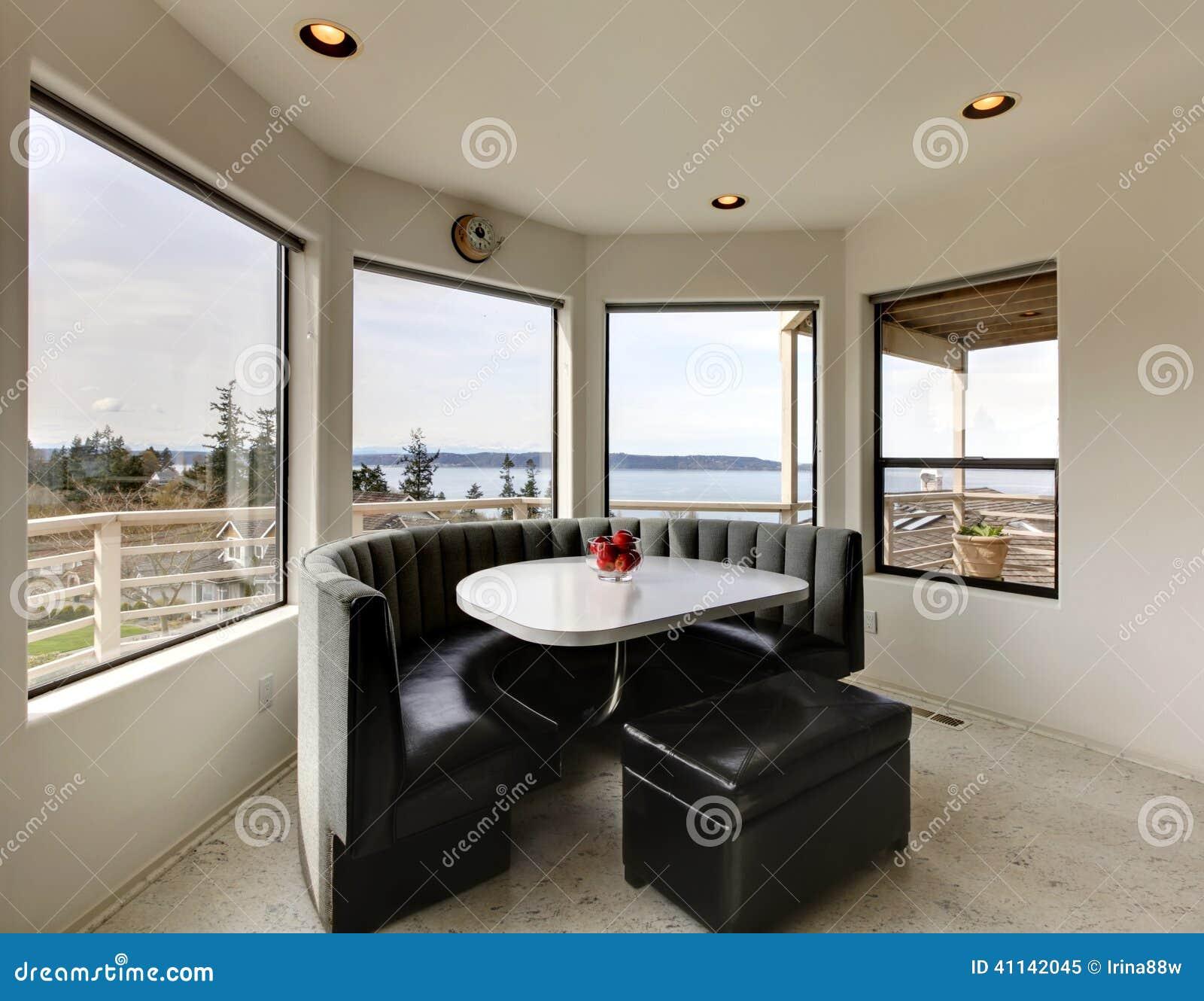 Salle manger moderne avec la vue de fen tre photo stock for Lustre moderne salle a manger
