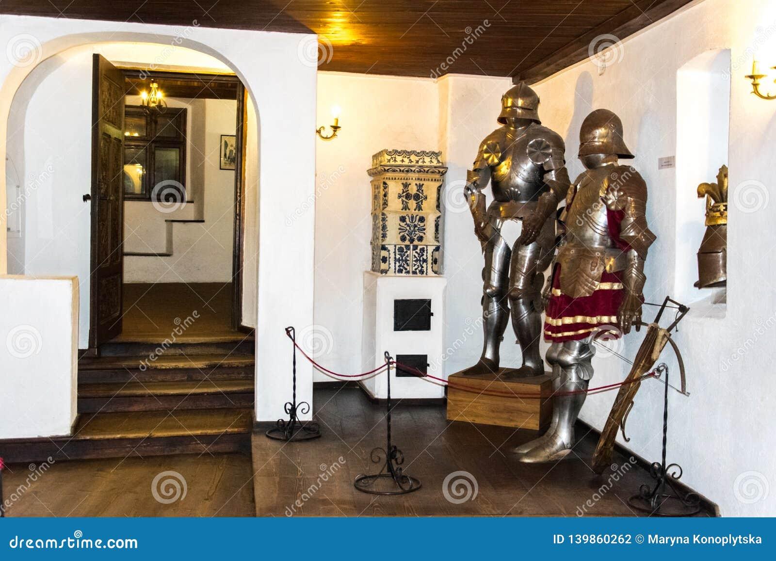 Salles intérieures du château médiéval de son en Roumanie Chevalier antique Armor au château de Dracula