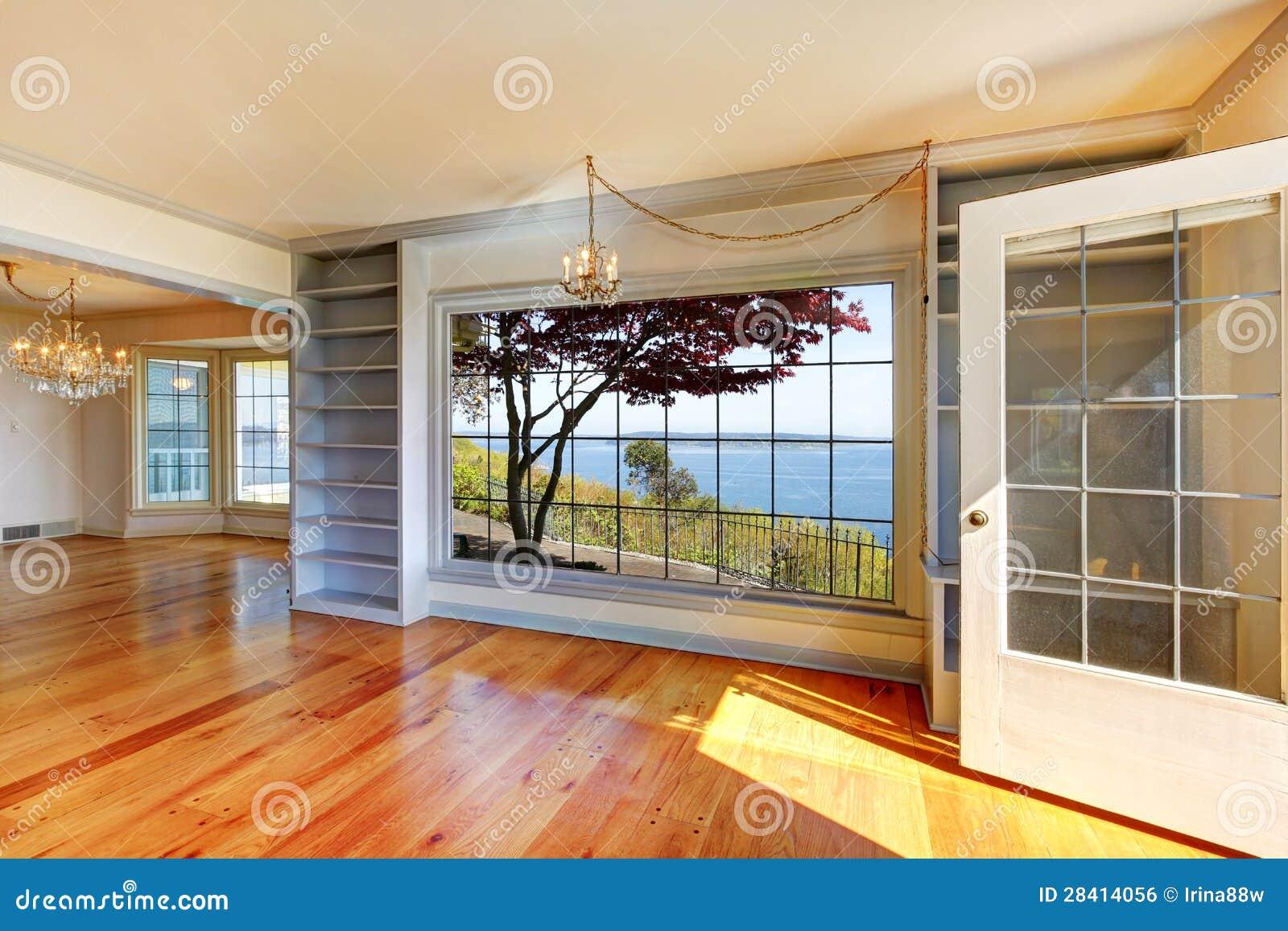 Salles vides avec la vue de l eau et les grands hublots.