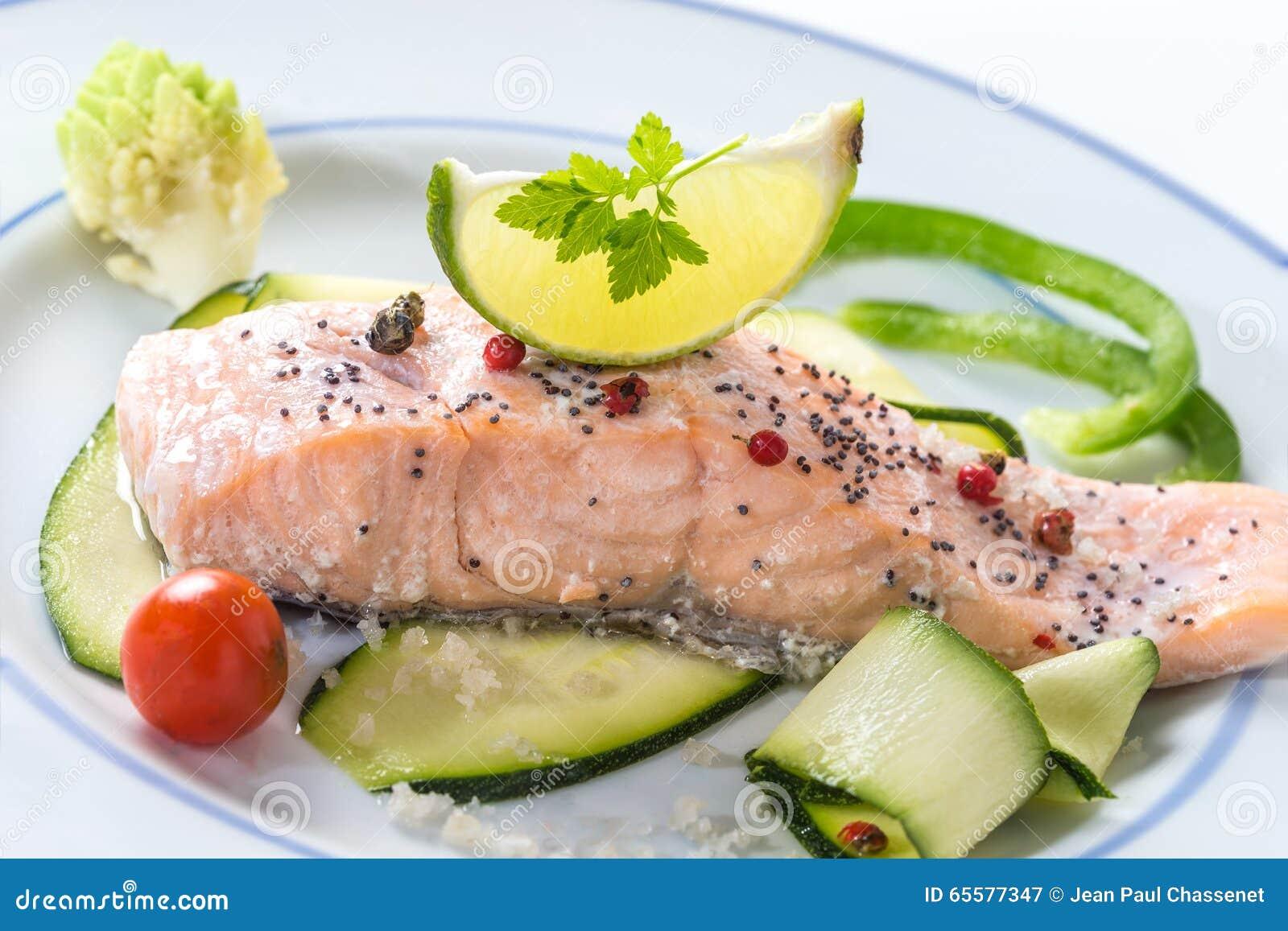 Salmões cozinhados com vegetais