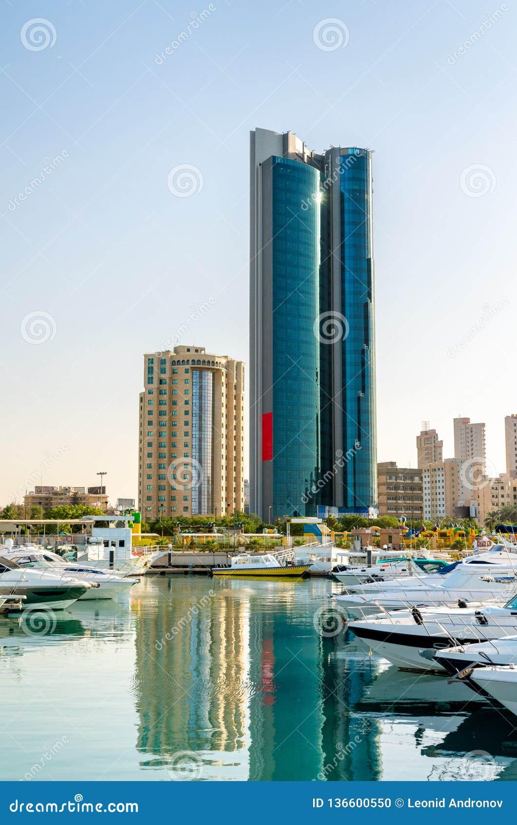 Salmiya小游艇船坞的摩天大楼在科威特