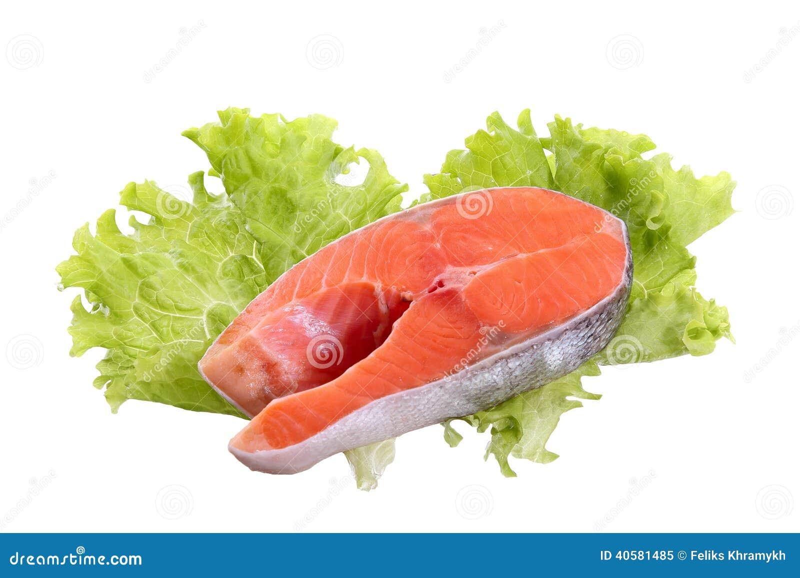 Salmon стейк и салат изолированные на белой предпосылке
