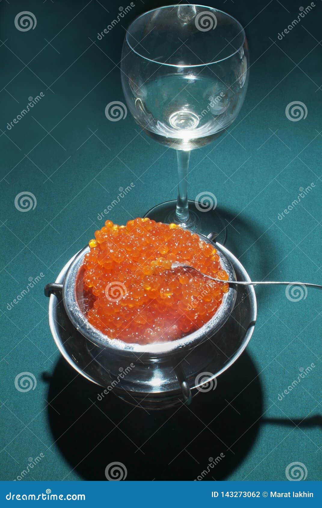 Salmon Caviar vermelho na tabela verde