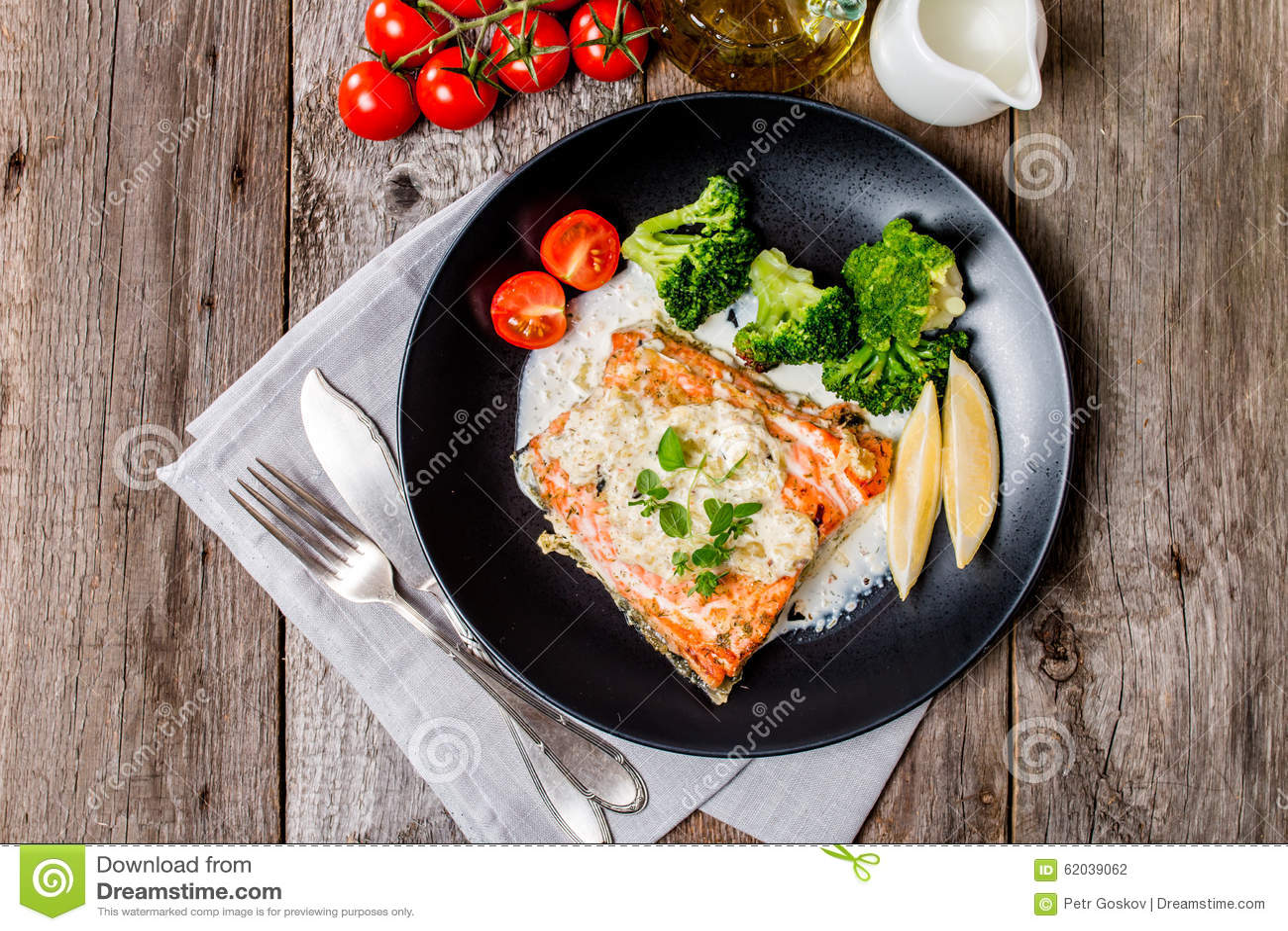Salmon Steak grillé avec de la sauce crème