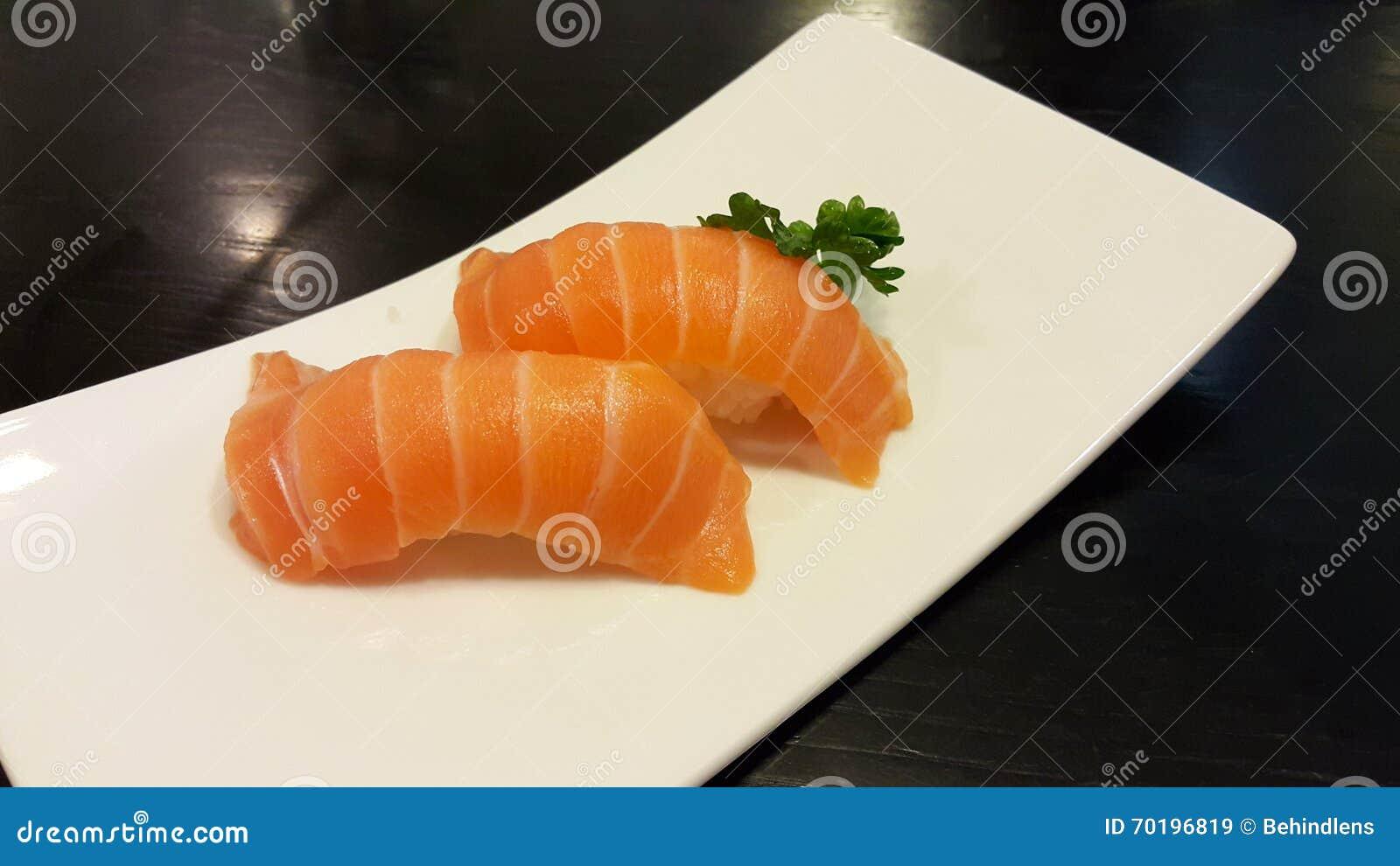 Salmon Sushi av den vita plattan