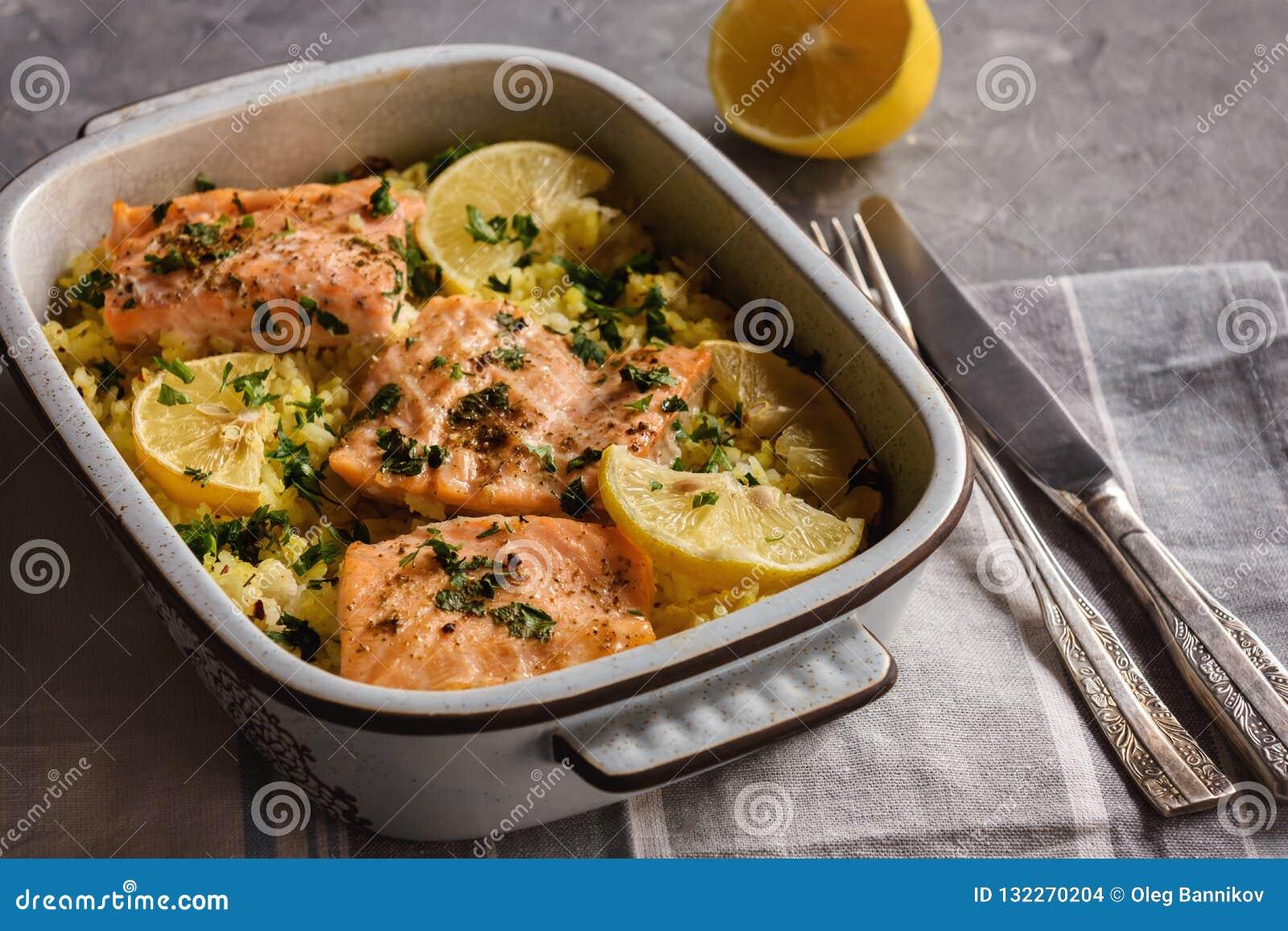 Salmone cotto sul forno con riso ed il limone