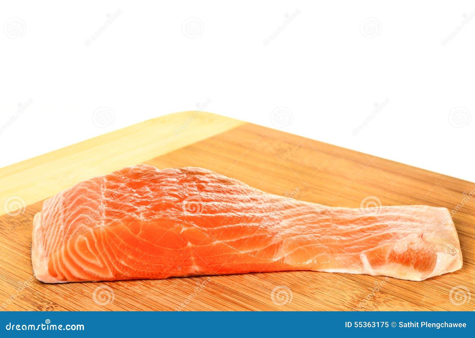 Salmone sul fondo di bianco del blocchetto di spezzettamento