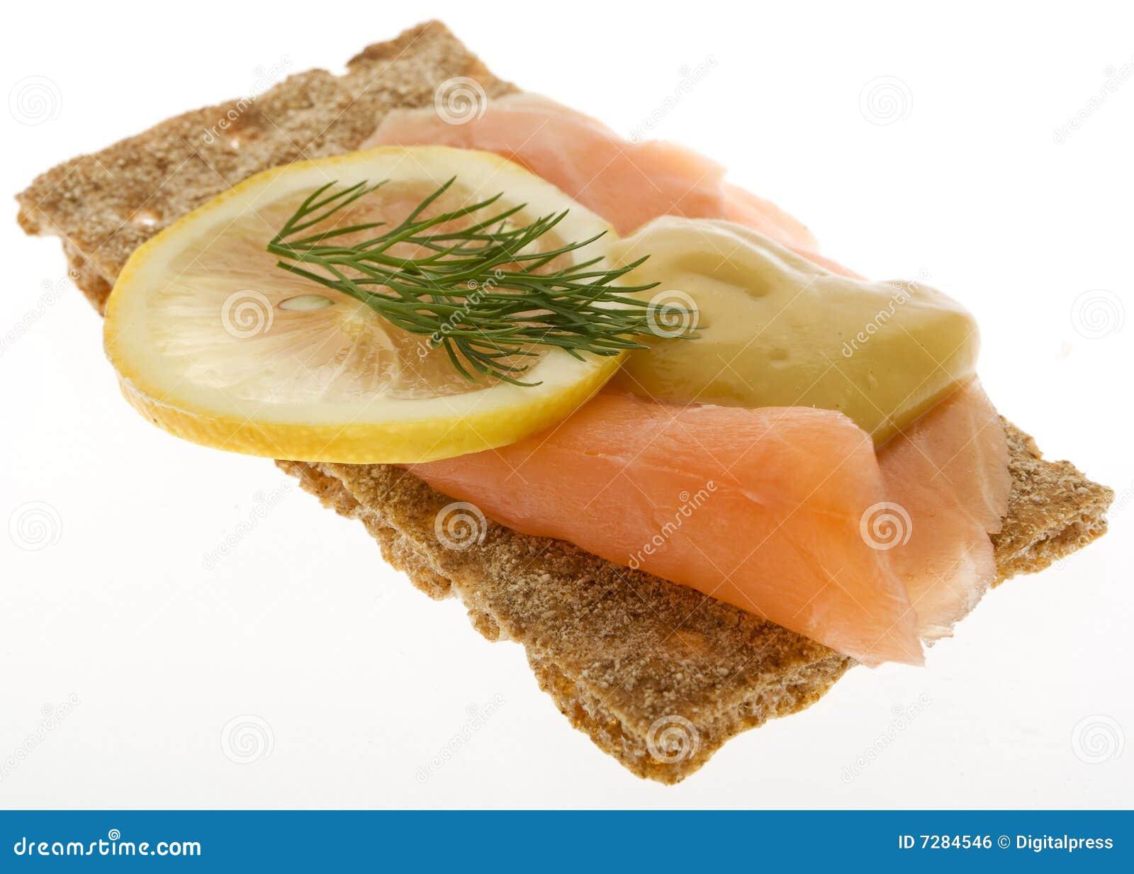 Salmones adornados en el biscote curruscante