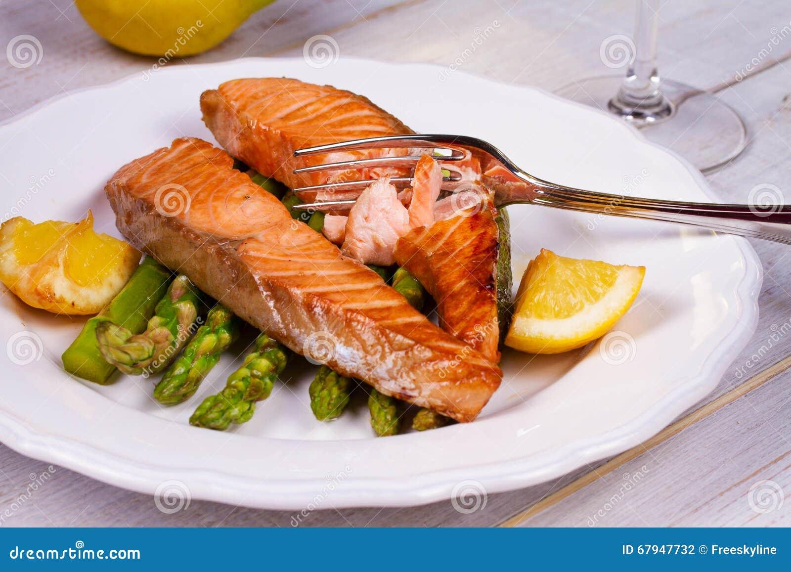 Salmones asados con el espárrago y el limón