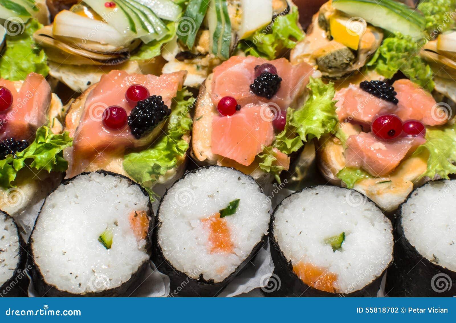 Salmones del sushi y rollos del caviar