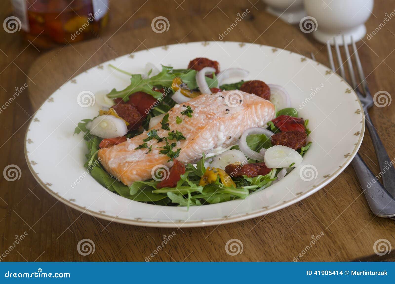 Salmones y chorizo con la ensalada