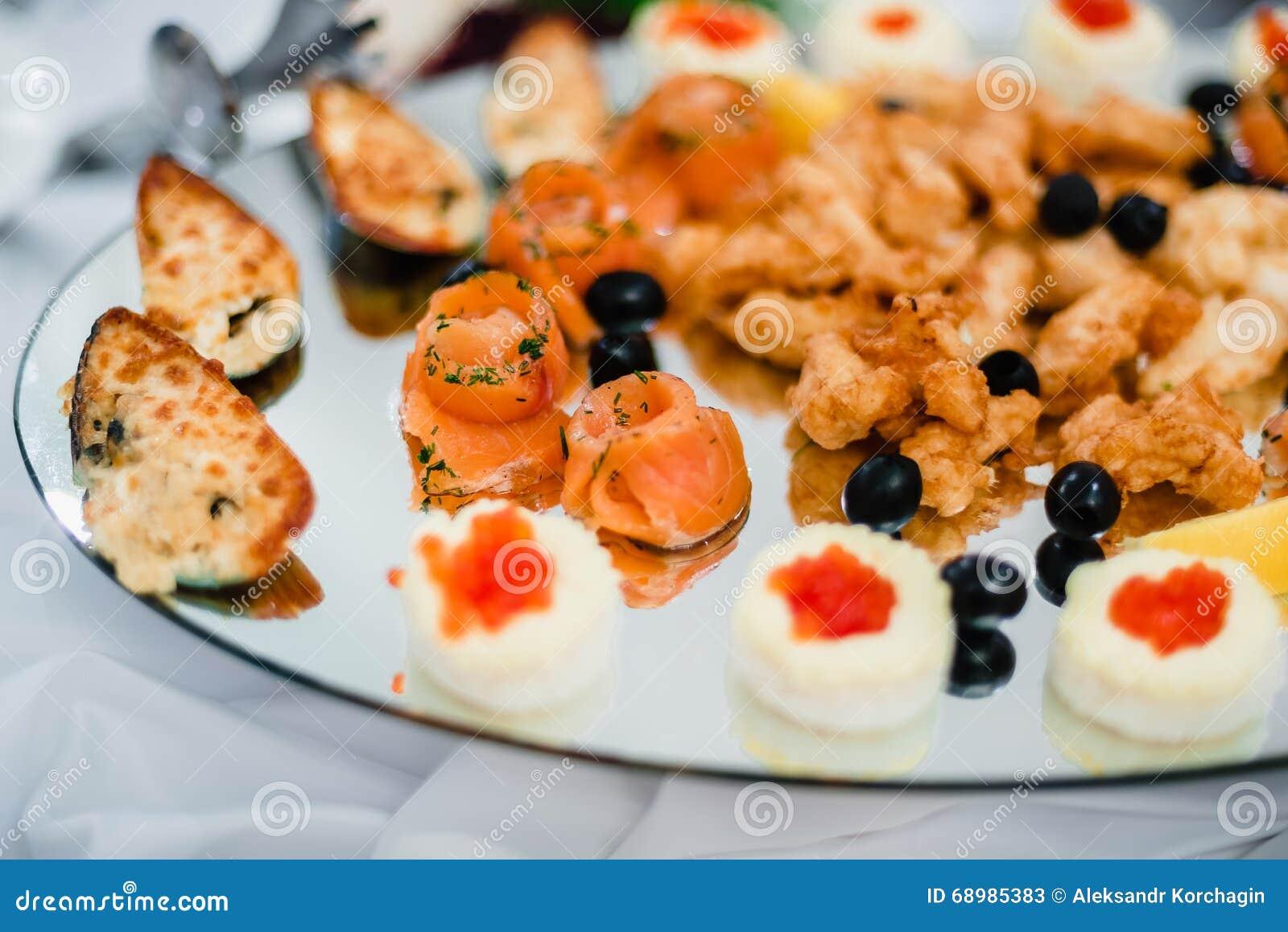 Salmones y mejillones cocinados en el restaurante