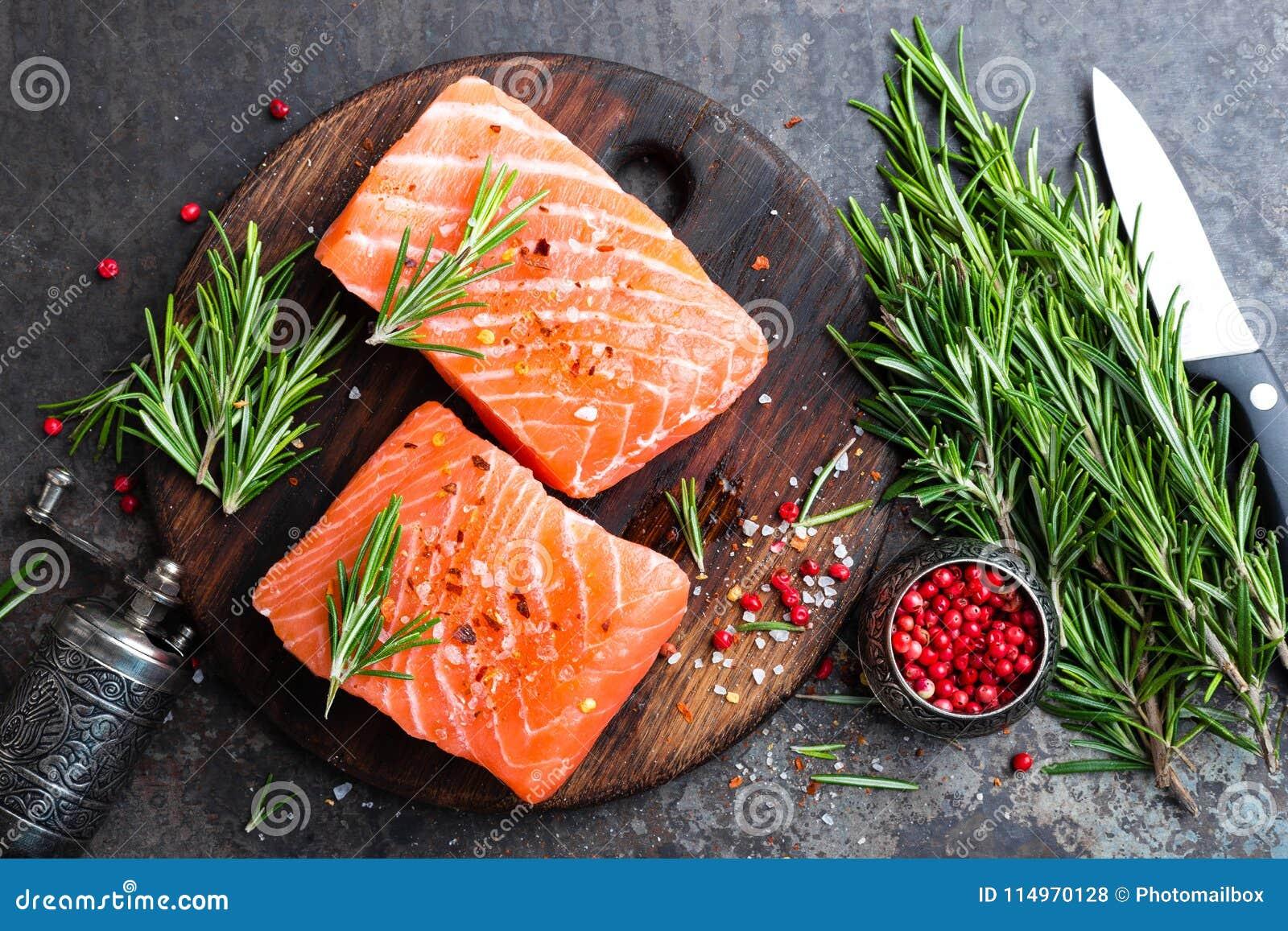 Salmoni Pesci di color salmone freschi Filetto di pesce di color salmone crudo