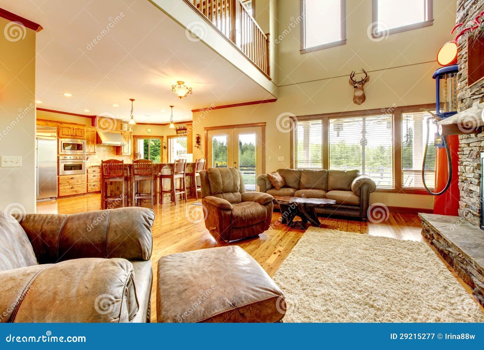 salon avec la chemin e haut plafond et en pierre et le sofa de cuir photographie stock libre. Black Bedroom Furniture Sets. Home Design Ideas