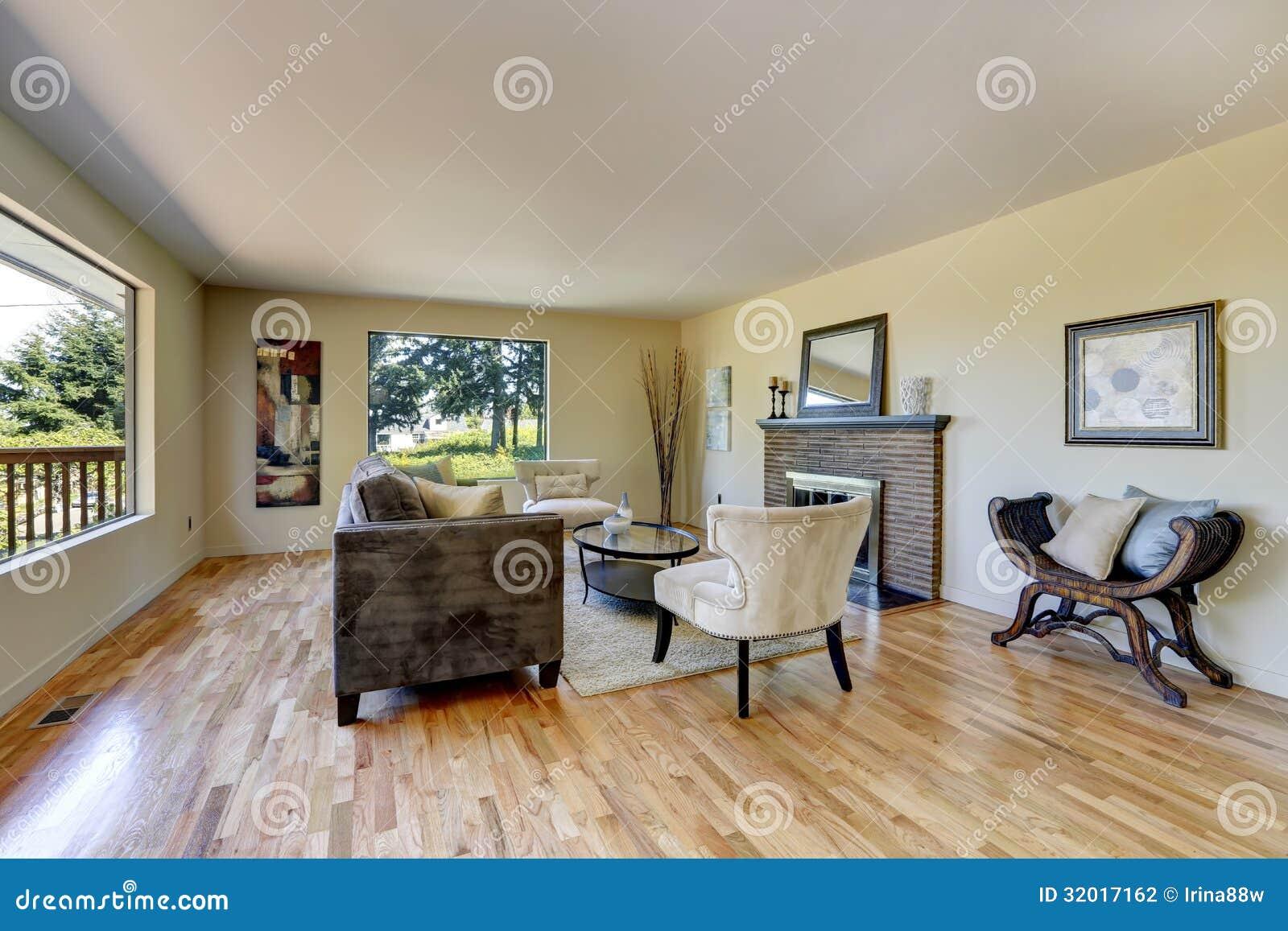 Salon Avec Le Plancher En Bois Dur Et Les Meubles Modernes Photo