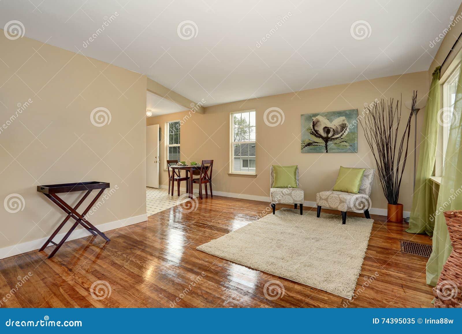 salon beige confortable avec le plancher en bois dur. Black Bedroom Furniture Sets. Home Design Ideas