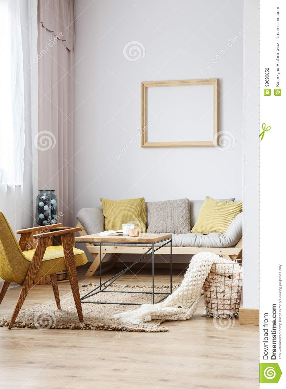 Salon beige et jaune photo stock. Image du brun, moderne - 99690852